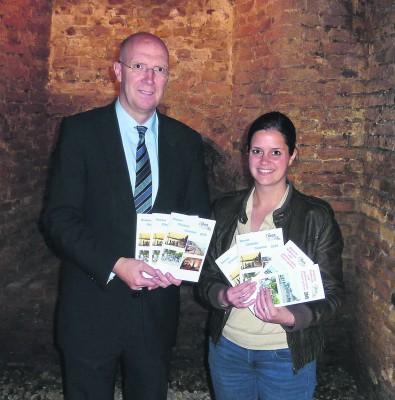 Ein abwechslungsreiches Programm stellen Bürgermeister Christoph Gerwers und Jana Kelputt vom Stadtmarketing für den Reeser Erlebnis-Sommer vor. Foto: privat