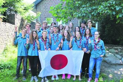 Mit dem Pfadfindergruß  verabschieden sich die Sonsbecker Pfadfinder in Vorfreude auf das Jamboree in Japan.