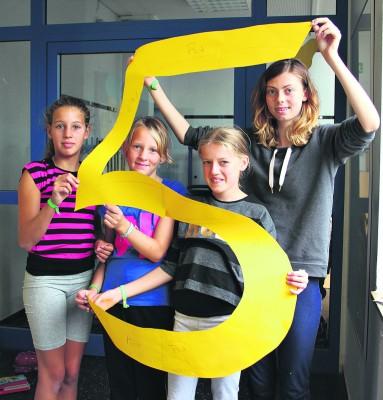 Wenke, Sofie, Lea und Amy  basteln Dekoration zur Ankündigung der Zirkusvorstellung.NN-Foto: Lorelies Christian