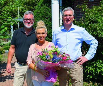 Die Geschäftsführer der Embricana Freizeit- und Sport GmbH Udo Jessner (links) und Horst Thyssen (rechts) dankten Susanne Verhülsdonk für ihre 21-jährige Tätigkeit. Foto: privat
