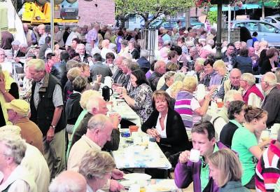 Beim Marktfrühstück sind die Tische immer voll besetzt. NN-Foto/Archiv: privat