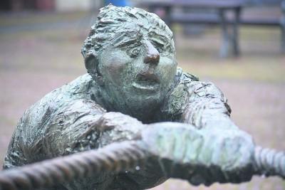 Alle ziehen an einem Strang –  das versinnbildlicht der Seemann-Brunnen auf dem Marktplatz. NN-Foto/Archiv: Rüdiger Dehnen