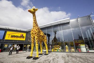 Eine Giraffe begrüßt die Besucher des Legoland Discovery Centre.