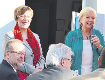 Frühstück auf dem Markt mit Rosemarie Kaltenbach (l.), Hannelore Kraft (r.), Landrat Dr. Ansgar Müller (vorne l.) und  Dr. Hans-Ulrich Krüger (MdB).NN-Foto: Lorelies Christian