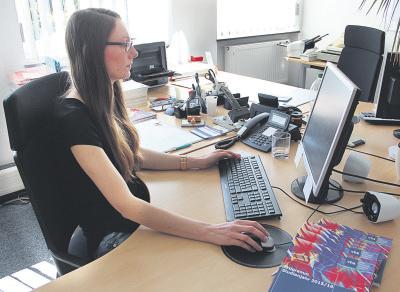 Hochsaison in der VHS-Geschäftsstelle Rheinberg zum Semesterstart: Sophia Stamprath nimmt zahlreiche Anmeldungen entgegen. NN-Foto: Lorelies Christian