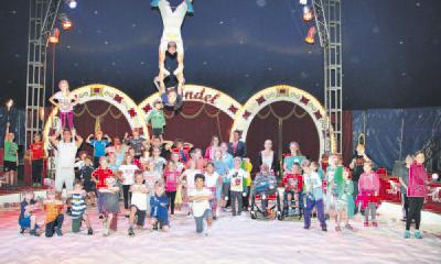 125 Kinder haben für ihren großen Auftritt im Circus Rondel geprobt. Romana Schwickert, Judith Gruchmann und Oliver Heger (Mitte) werben um Zirkus-Paten, die mit ihren Spenden anderen Kindern den Eintritt zu den Abschlussvorstellungen ermöglichen. Foto: nno.de