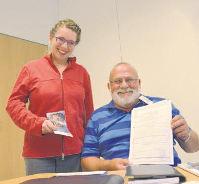 Kostenlose Beratung für Menschen mit Behinderung bietet Karl-Heinz Kohl (r.) jetzt auch in der Lebenshilfe Werkstatt in Veen an. (Hier mit Sylvia Biefang, Mitarbeiterin der Einrichtung).Foto: nno