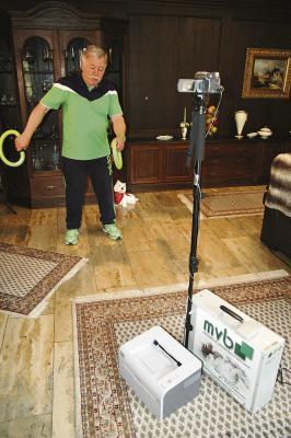 Detlev Friedriszik hat in der Zeit der Medikamentenanpassung seine Übungen daheim im Wohnzimmer durchgeführt. Per Videoübertragung konnte sich der behandelnde Arzt ein Bild vom Behandlungsfortschritt machen. Foto: nno.de