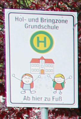 Die Schilder zahlen Verkehrswacht und Förderverein, die Pfosten kommen vom städtischen Bauhof. NN-Foto: CDS