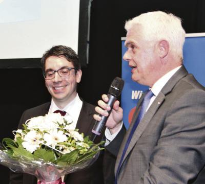 Bergmann gratuliert dem Gewinner. NN-Foto: Lorelies Christian