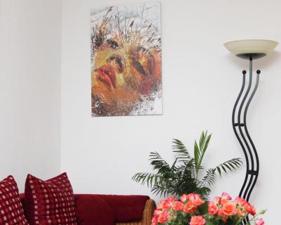 Leihweise blickt die Schilffrau nun vom Platz über meinem Sofa herab - und hat mit ihrer Anwesenheit den ganzen Raum verwandelt. Dieser Effekt lässt sich ganz leicht mit Hilfe der Artothek in der Xantener Stadtbücherei erzielen. NN-Foto:Ingeborg Maas