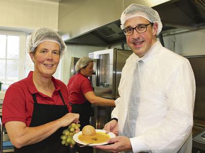 Agnes Sanders hat leichtes Spiel, auch René Schneider, MdL, zu überzeugen, dass gesunde Kost auch lecker ist . NN-Foto: L. Christian