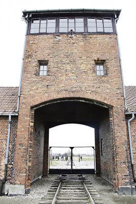 Auf diesem Wachturm des Vernichtungslager standen einst die SS-Leute und jetzt die Marienschülerinnen - ein Ort, der Grauen weckte.