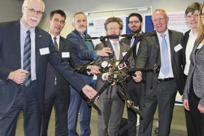 Projekt Spectors: Die Macher aus der deutsch-niederlämdischen Grenzregion trafen sich jetzt in Kleve, um ihr Drohnen-Projekt voran zu bringen. Kosten: Knapp zehn Millionen Euro. NN-Fotos: Michael May