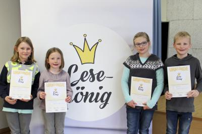 Die stolzen Sieger (vl): Finn Elias Schönenberg (3a, Platz drei), Theresa Arnold (3b, Platz zwei), Ida Kammann (3c, Platz zwei) und Sieger Fynn Geßmann (3b, Platz eins). NN-Foto: CDS