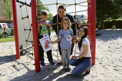 Mit dem Glückspilz in der Hand zeigen die beiden Vierjährigen Nick und Piet der Qualitätsmanagementbeauftragten Regina Janke und der Erzieherin Yeter Duyar (r.) ihren Lieblingsplatz in der Kita, und zwar das neue Klettergerüst im Garten.