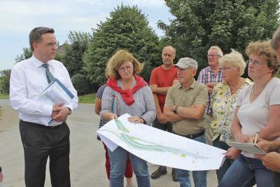 Die Anwohner trugen ihre Anliegen Dr. Stefan Wachs, erster Beigeordneter der Stadt Emmerich (l.) sowie Yvonne Surink vom Fachbereich Stadtentwicklung (2. v. l.) vor. NN-Foto: SP