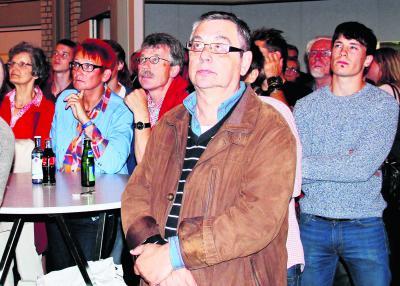 Bettina Trenckmann (2.vl) verfolgt das Abschneiden der SPD. Foto: CDS