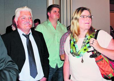 Heinz van Baal (l) konnte nur mit wenigen Ergebnissen aus den Stimmbezirken zufrieden sein. Foto: CDS