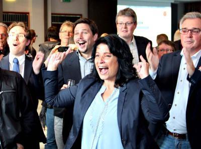 Wieder mehr als 60 Prozent: Sonja Northing und ihr Team bejubeln den nächsten gewonnen Stimmbezirk. NN-Fotos: MB