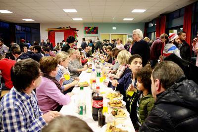 Essen ist viel mehr als nur satt werden - essen und kochen ist ein Stück Lebensqualität. Beim großen Kochfest in der Flüchtlingsunterkunft wurde das deutlich und die vielen Menschen, die ihre Heimat verloren haben, konnten an diesem Abend wenigstens ein bisschen von ihren früheren Lebensgewohnheiten wiederfinden. Foto: nno.de