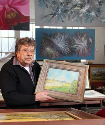 Fritz Kirschke zeigt und verkauft seiner Kunstgalerie viele Bilder des Malers Hans Schulte. NN-Foto: MB