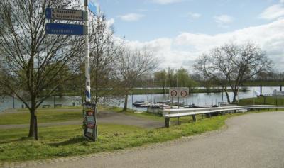 Vorbei an Schiffen und Hausbooten führt die Route am Ufer des Gouden Ham entlang.