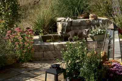 Nah am Wasser: Kleine Teiche oder Brunnen lassen sich schön mit Elementen umranden und werden zum Hingucker im heimischen Garten.
