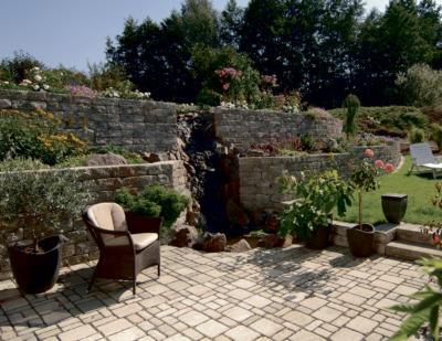 Zum Verweilen: Idyllische Wasserfälle und Pflanzenarrangements lassen sich mit Mauer-Elementen gestalten und geben dem Garten eine besondere Note. Fotos: Kann/akz-o