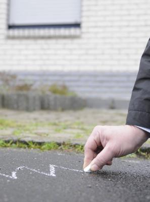 """Als Gaunerzinken sind die Symbole bekannt, die beispielsweise mit Kreide vor einem Haus auf die Straße gemalt werden. """"Bissiger Hund"""" heißt die gezackte Linie. NN-Foto: Gerhard Seybert"""