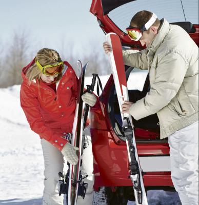 Nicht gut gesicherte Skier können sich bei einer Kollision in gefährliche Geschosse verwandeln. Foto: dmd/thx