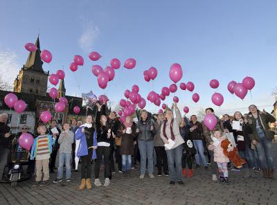Mit rosaroten Luftballons setzten die Teilnehmer der Demo ein Zeichen für Frieden, Meinungsfreiheit und Frauenrechte. NN-Foto: Theo Leie