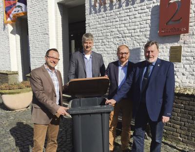 Bürgermeister Thomas Görtz, Wolfgang Scheuren von der Firma Schönmakers, Niklas Franke und Georg Rösen von der Stadt Xanten (v.l.) hoffen, dass noch viele Xantener vom neuen Angebot der Biotonne Gebrauch machen. Foto: privat