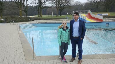 Schwimm-Meisterin Lena Hollick und Marketing-Mitabeiter Benedikt May verstärken das Team des Bädervereins.  Foto: privat