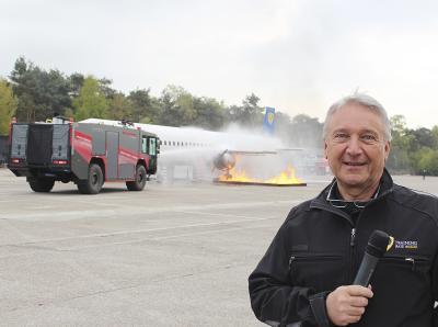 Brennender Phoenix: Auf der Training Base am Airport Weeze stellte Rüdiger Schulz jetzt die neue Trainignseinheit zur Flugzeugbrandbekämpfung vor. Am Nachbau eines Passagierflugzeugs üben Flughafen-Feuerwehren die Bekämpfung eines Flächenbrandes unterhalb des Triebwerks. NN-Foto: Nina Meyer