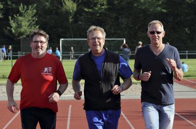 Werner Köhlitz, Klaus Geisdorf und Nobert Wellmanns (v.l.) sind drei der Trainer beim SV Sonsbeck , die eine Prüflizenz für Menschen mit Behinderung erworben haben. NN-Foto: Theo Leie
