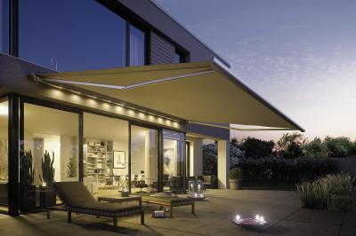Stimmungsvolle LED-Beleuchtungen setzen die Terrasse an schönen Sommerabenden perfekt in Szene. Foto: djd/ /weinor