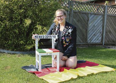 """Anna-Sophie hat schon viele """"Pins"""" von anderen Rotarier-Austauschschülern erhalten, die sie ans Jackett geheftet hat. Den """"Mexiko-Stuhl"""" hat sie im Kunstunterricht angefertigt. NN-Foto: L. Christian"""