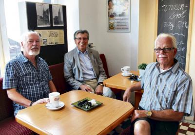 Wilfried Fürtjes, Wilhelm Jansen und Jürgen Zänker (v.r.n.l.) hoffen, dass sich viele Veener an ihrer Spurensuche beteiligen. NN-Fotos: Ingeborg Maasd