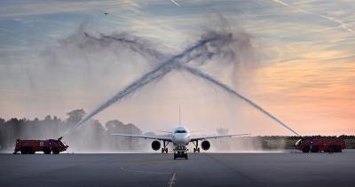 Da durfte die erfrischende Premieren-Zeremonie durch die Flughafenfeuerwehr nicht fehlen; sie empfing die Maschine mit einem großen Wasserbogen aus den Werfern ihrer Löschfahrzeuge.