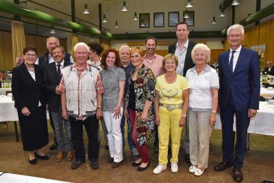 Strahlende Gesichter auch bei den Vertretern aus Schaephuysen rund um Bürgermeister Klaus Kleinenkuhnen (3.v.l.); auch für sie geht es in die nächste Runde.