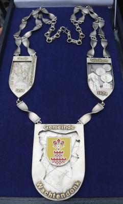 Alle Facetten der Gemeinde Wachtendonk beinhaltet die neue Amtskette. Gefertigt wurde sie aus 925er Silber.