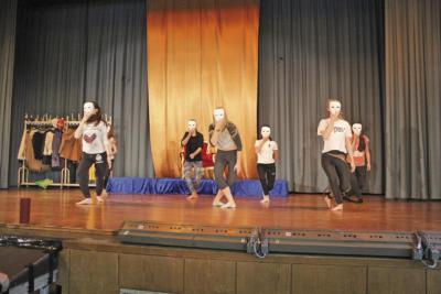 Mit Masken führen diese Mädchen einen flotten Tanz auf. NN-Foto: SP