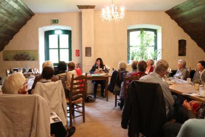 Olivia Becker-Ernst berichtet über das Leben von Johann Wolfgang von Goethe. NN-Foto: Sarah Dickel