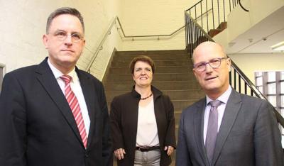Im neuen Amt begrüßen Bürgermeister Peter Hinze (r.) und Dr. Stefan Wachs (l.) die Leiterin des Fachbereichs 6, Karin Schlitt. NN-Foto: MB