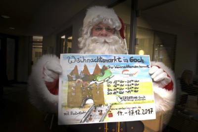 Das Plakat zum Gocher Weihnachtsmarkt, hier präsentiert vom Weihnachtsmann, hat die Künstlerin Birgit Blesting entworfen. NN-Foto: Rüdiger Dehnen