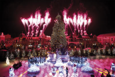 Traumhafte Winterwelten erwarten die Besucher des Phantasialandes mit täglich großem Feuerwerk. Fotos: Phantasialand