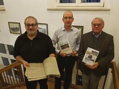 Stolz halten sie ihr Werk in den Händen: (v.l.n.r.) Jürgen Kwiatkowski, Guido Tersteegen und Heinz Dieter Bonnekamp. NN-Foto: Sarah Dickel