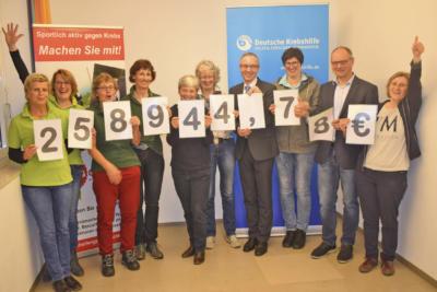 Georg Biedemann, 1. Vorsitzender BIG Challenge Deutschland e.V., überreichte die Spende in Höhe von 258.944,78 Euro an Dr. Franz Kohlhuber aus dem Vorstand der Stiftung Deutsche Krebshilfe.Foto: privat