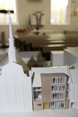 er Entwurf fügt sich in die Architektur der Umgebung ein und berücksichtigt deren Formensprache.